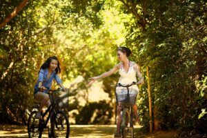mensen op fiets in groen